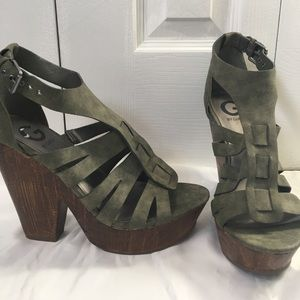 Green and wood cut out wedges GUESS